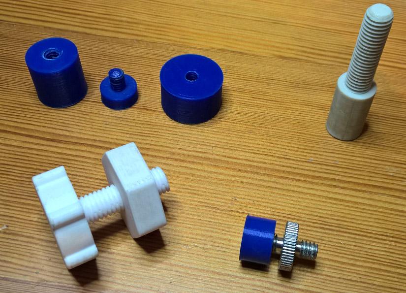 Blaue Teile: Stativgewinde, grau/weisse Teile: M10 Gewinde und Mutter mit dem Dremel