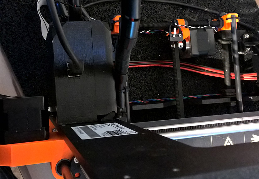 Kabelstrang blieb am Deckel hängen - hier mit selber modifiziertem Deckel